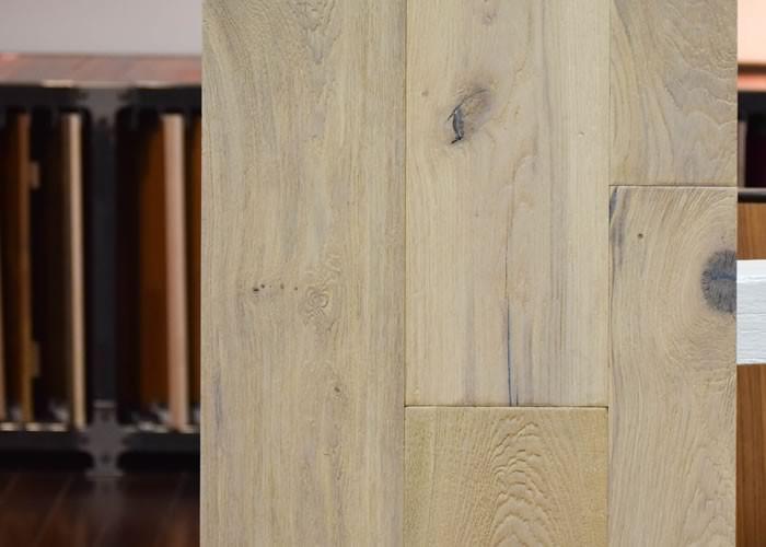 Parquet Contrecollé Chêne Rustique - 15 x 190 mm - huilé incolore - brossé - bosselé - raboté