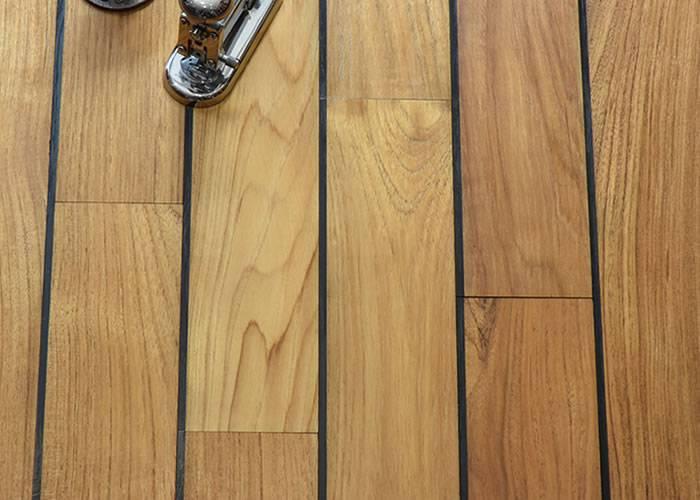 parquet massif pour salle de bain en teck jointer. Black Bedroom Furniture Sets. Home Design Ideas