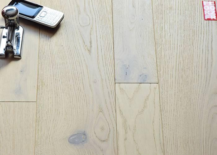 Parquet contrecollé Chêne Rustique - 10 x 90 - 160 mm - brossé - verni sable