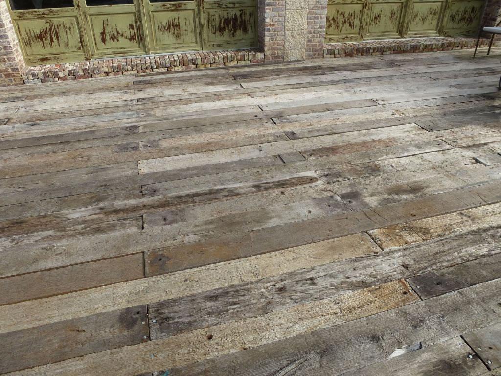 Terrasse extérieure en planches de wagon