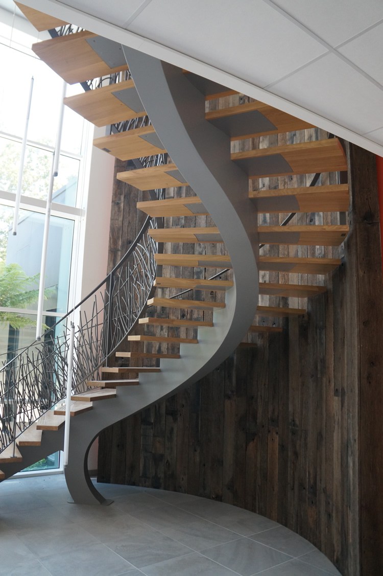 Habillage d'un mur d'escalier en planches de wagon